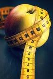 μήλο που μετρά την ταινία κίτ Στοκ Φωτογραφία