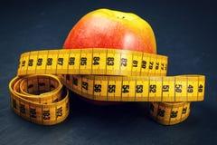 μήλο που μετρά την ταινία κίτ Στοκ φωτογραφία με δικαίωμα ελεύθερης χρήσης