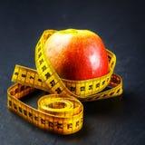 μήλο που μετρά την ταινία κίτ Στοκ εικόνα με δικαίωμα ελεύθερης χρήσης