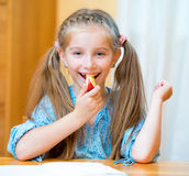 μήλο που τρώει τη μαθήτρια Στοκ Εικόνα