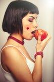 μήλο που τρώει το κόκκινο Νέα αγάπη γυναικών για τα φρούτα Στοκ Εικόνες