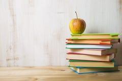 Μήλο σε έναν σωρό των βιβλίων Στοκ φωτογραφία με δικαίωμα ελεύθερης χρήσης