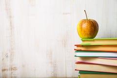Μήλο σε έναν σωρό των βιβλίων Στοκ εικόνες με δικαίωμα ελεύθερης χρήσης