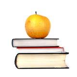 Μήλο στα βιβλία Στοκ φωτογραφία με δικαίωμα ελεύθερης χρήσης
