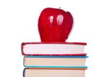 Μήλο στα βιβλία Στοκ εικόνες με δικαίωμα ελεύθερης χρήσης