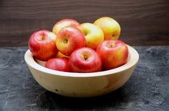 Μήλο στη μαύρη ανασκόπηση Στοκ Φωτογραφία