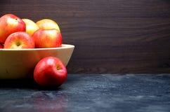Μήλο στη μαύρη ανασκόπηση Στοκ εικόνα με δικαίωμα ελεύθερης χρήσης