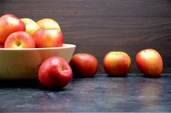 Μήλο στη μαύρη ανασκόπηση Στοκ Εικόνες