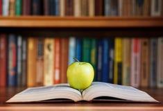 Μήλο στο βιβλίο Στοκ εικόνα με δικαίωμα ελεύθερης χρήσης