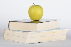 Μήλο στο βιβλίο Στοκ φωτογραφία με δικαίωμα ελεύθερης χρήσης