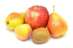 Μήλο, δύο αχλάδια, ένα ροδάκινο και φρούτα ακτινίδιων Στοκ φωτογραφίες με δικαίωμα ελεύθερης χρήσης