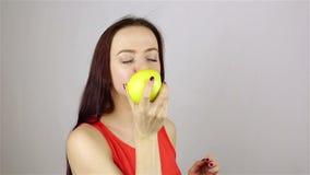 μήλων κατανάλωση που απομονώνεται όμορφη πέρα από τις νεολαίες λευκών γυναικών απόθεμα βίντεο