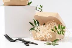Μίας χρήσης, ανακυκλώσιμα κιβώτια τροφίμων εγγράφου καυτά στη γωνία πέρα από το άσπρο υπόβαθρο στοκ εικόνα με δικαίωμα ελεύθερης χρήσης