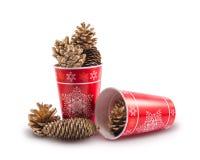 Μίας χρήσης φλυτζάνι Χριστουγέννων με τους κώνους που απομονώνονται σε ένα άσπρο υπόβαθρο Στοκ φωτογραφία με δικαίωμα ελεύθερης χρήσης