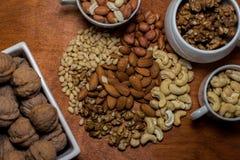 Μίγμα καρυδιών σε ένα καφετί υπόβαθρο Στοκ Εικόνες