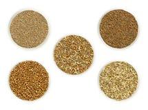 Μίγμα καρυκευμάτων ψωμιού που περιβάλλεται από τα συστατικά στα κύπελλα πέρα από το λευκό στοκ φωτογραφία με δικαίωμα ελεύθερης χρήσης