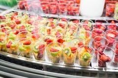 Μίγμα νωπών καρπών στα πλαστικά φλυτζάνια στην προθήκη αγοράς Στοκ φωτογραφία με δικαίωμα ελεύθερης χρήσης