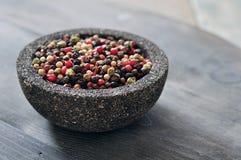 Μίγμα πιπεριών στο κύπελλο πετρών Στοκ Φωτογραφίες
