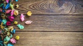 Μίγμα ποτ πουρί Aromatherapy των ξηρών αρωματικών λουλουδιών στο ξύλινο β Στοκ Εικόνα