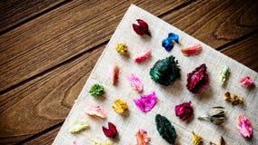 Μίγμα ποτ πουρί Aromatherapy των ξηρών αρωματικών λουλουδιών στο ξύλινο β Στοκ Εικόνες