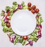 Μίγμα σαλάτας με το μίγμα σαλάτας ντοματών κερασιών με τις ντομάτες κερασιών που σχεδιάζεται γύρω από ένα άσπρο κείμενο plateplac Στοκ εικόνες με δικαίωμα ελεύθερης χρήσης
