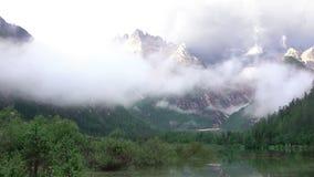 Μίγμα σύννεφων με μια υδρονέφωση πέρα από μια λίμνη βουνών Γρήγορη κίνηση απόθεμα βίντεο