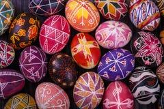 Μίγμα των αυγών Πάσχας με τα παραδοσιακά σχέδια Στοκ φωτογραφίες με δικαίωμα ελεύθερης χρήσης