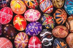 Μίγμα των αυγών Πάσχας με τα παραδοσιακά σχέδια Στοκ εικόνα με δικαίωμα ελεύθερης χρήσης