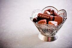 Μίγμα των γλυκών σοκολάτας στο βάζο μετάλλων Στοκ Φωτογραφία