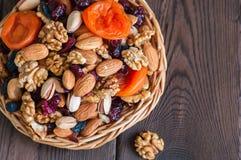 Μίγμα των καρυδιών και των ξηρών φρούτων σε ένα ξύλινο πιάτο Κατάταξη του waln στοκ εικόνες