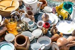 Μίγμα των οικιακών πραγμάτων και των διάφορων πιάτων για τη φιλανθρωπία Στοκ Φωτογραφία