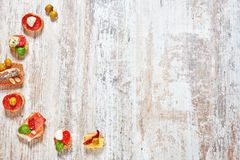 Μίγμα των ορεκτικών/των πρόχειρων φαγητών/των tapas σε έναν ξύλινο πίνακα Στοκ Φωτογραφίες
