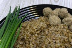 Μίγμα των σιταριών με το μπρόκολο και τα τηγανισμένα κεφτή - υγιές γεύμα διατροφής Τοπ όψη στοκ φωτογραφία