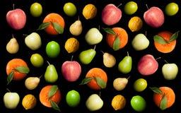 Μίγμα των juicy τροφίμων μαξιλαριών φρούτων ζωηρόχρωμων στο μαύρο υπόβαθρο Στοκ Φωτογραφίες