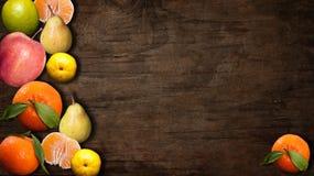 Μίγμα των juicy τροφίμων μαξιλαριών φρούτων ζωηρόχρωμων στο ξύλινο σκοτεινό υπόβαθρο Στοκ Φωτογραφία