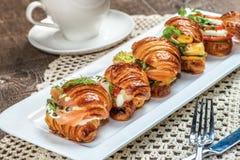 Μίγμα Croissants με το τυρί φέτα και μοτσαρέλα, καπνισμένος σολομός Στοκ φωτογραφία με δικαίωμα ελεύθερης χρήσης