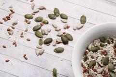 Μίγμα Veatherian των σπόρων ηλίανθων, σουσάμι, κολοκύθα, λινάρι για τη σαλάτα, υγιή τρόφιμα, υγιή τρόφιμα, πρωτεΐνη στοκ εικόνα