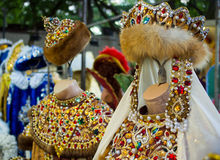 Μίμησης ιματισμός και headdresses του βασιλιά και της βασίλισσας Στοκ Φωτογραφίες