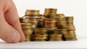 Μίμος χεριών με το σωρό των νομισμάτων στοκ φωτογραφία με δικαίωμα ελεύθερης χρήσης