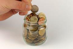 Μίμος χεριών με το σωρό των νομισμάτων στοκ φωτογραφίες με δικαίωμα ελεύθερης χρήσης