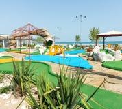 Μίνι γήπεδο του γκολφ στην παραλία της ηλιόλουστης παραλίας στη Βουλγαρία στοκ εικόνες