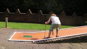 Μίνι γκολφ παιδικών παιχνιδιών απόθεμα βίντεο