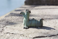 Μίνι γλυπτό μετάλλων του χαρακτήρα κινουμένων σχεδίων Kukots σκουληκιών ως σύμβολο της αλιείας της φωτογραφίας σε Uzhgorod Ουκραν Στοκ Φωτογραφία