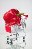Μίνι κάρρο, οργανικά φρέσκα λαχανικά μαγισσών αγορών καροτσακιών, ένα ώριμο pepeer στο ελαφρύ υπόβαθρο Έννοια υγιούς Στοκ Εικόνες