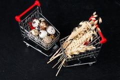 Μίνι κάρρο τροφίμων με τα τρόφιμα στοκ φωτογραφία
