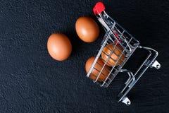 Μίνι κάρρο τροφίμων με τα τρόφιμα στοκ φωτογραφία με δικαίωμα ελεύθερης χρήσης