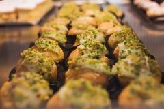 Μίνι κέικ με την κρέμα καρυδιών Στοκ Εικόνες
