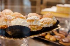Μίνι κέικ με την κρέμα Στοκ Φωτογραφία