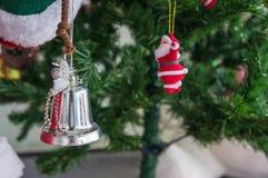 Μίνι ντεκόρ κουδουνιών με το χριστουγεννιάτικο δέντρο Στοκ φωτογραφία με δικαίωμα ελεύθερης χρήσης