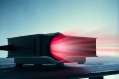 μίνι οδηγημένος προβολέας στον πίνακα στο σκοτεινό εγχώριο θόριο προβολέων τόνου blude στοκ φωτογραφίες